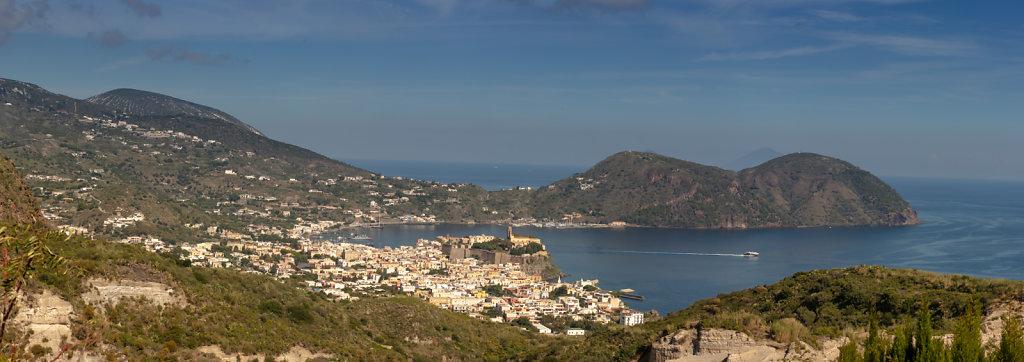 Blick vom Monte Guardia auf Lipari Stadt | View from Monte Guard